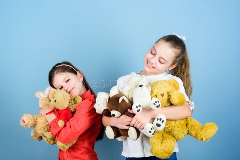 Venda da caridade Amor e amizade As meninas bonitos ador?veis das crian?as jogam brinquedos macios Inf?ncia feliz Puericultura Me imagens de stock