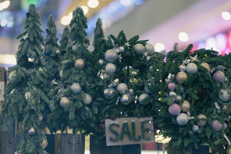 Venda das árvores de Natal no mercado, comércio do feriado imagem de stock