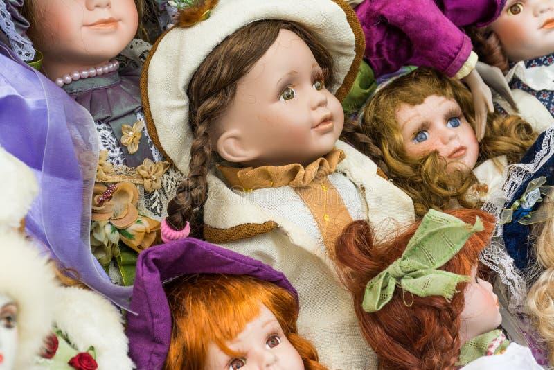 Venda de bonecas velhas em uma feira da ladra imagem de stock royalty free