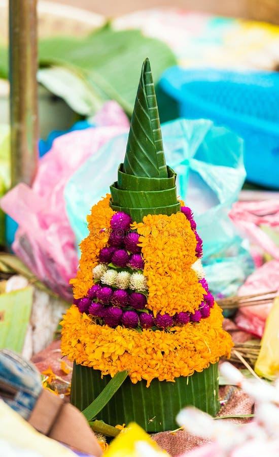 Venda de ofertas sacrificiais das folhas da banana e das flores, Luang Prabang, Laos Close-up vertical imagem de stock