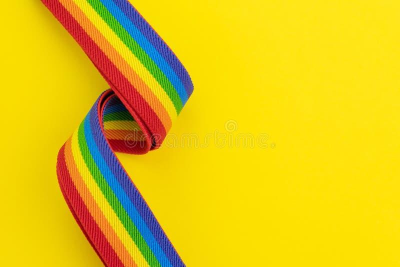 Venda del arco iris de LGBT en fondo amarillo sólido con el espacio de la copia usando tan celebran de homosexual, de lesbiano, e fotos de archivo libres de regalías