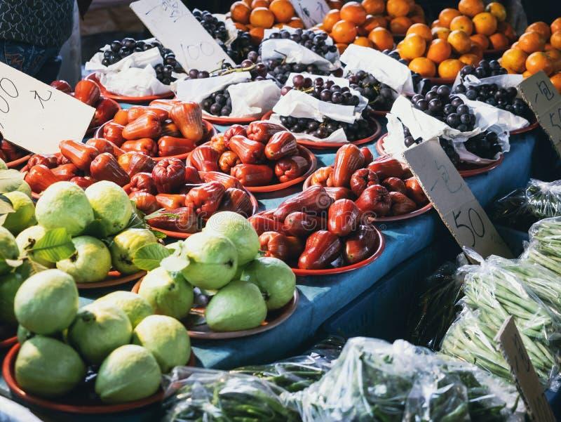 Venda do fruto no mercado local chinês do mercado dos alimentos frescos imagem de stock