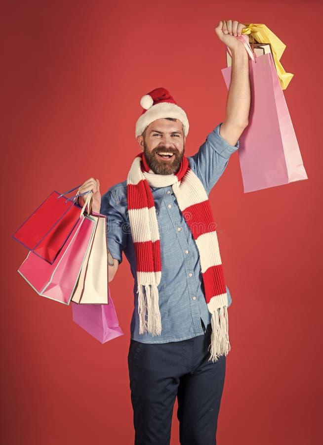 Venda do inverno Sorriso do cliente do homem do Natal no chapéu de Santa com gesto do vencedor fotografia de stock