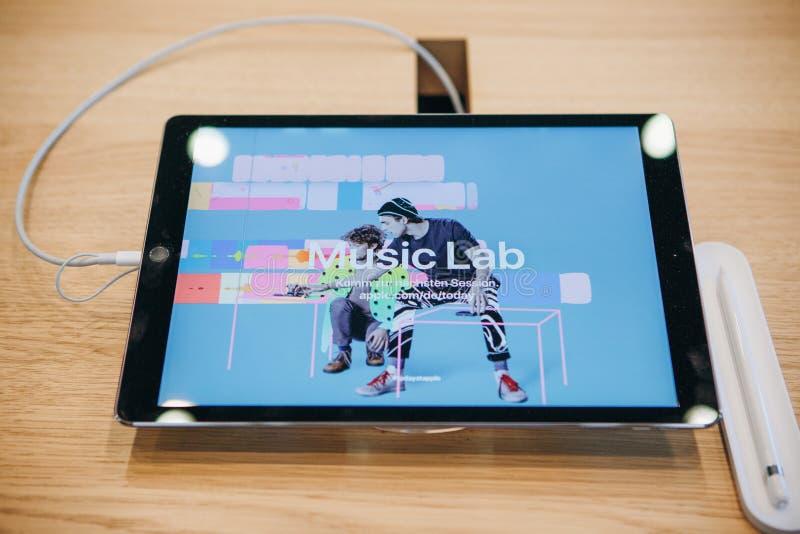 Venda do ipad novo na loja oficial de Apple em Berlim imagem de stock royalty free