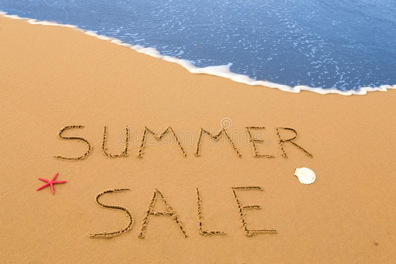 Venda do verão escrita na areia fotos de stock