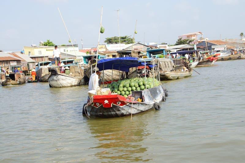 Venda dos vendedores dos produtos frescos do barco ao barco foto de stock
