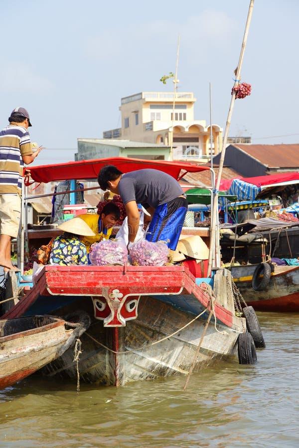 Venda dos vendedores dos produtos frescos do barco ao barco imagem de stock
