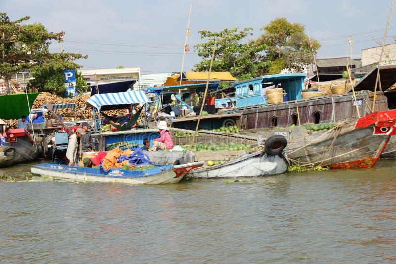 Venda dos vendedores no mercado de flutuação de Cai Rang fotos de stock
