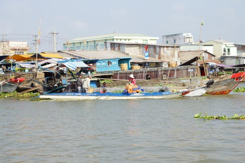 Venda dos vendedores no mercado de flutuação de Cai Rang imagens de stock