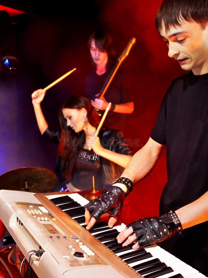 Venda que toca el instrumento musical. fotos de archivo libres de regalías