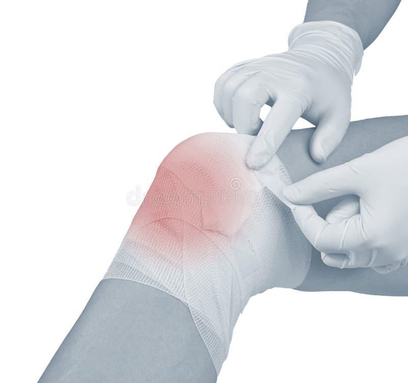 Vendaje del algodón sobre una herida en rodilla. imágenes de archivo libres de regalías