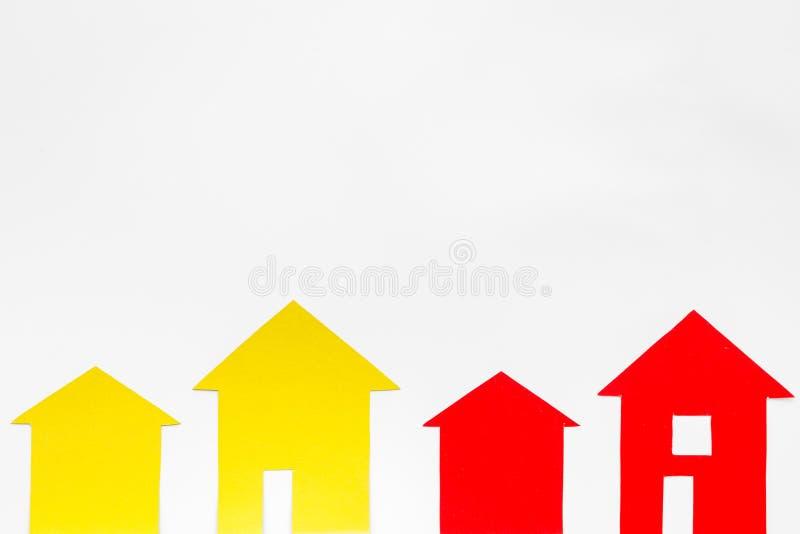 Vendant la propriété en ligne avec la maison de papier sur la maquette blanche de vue supérieure de fond de bureau image libre de droits