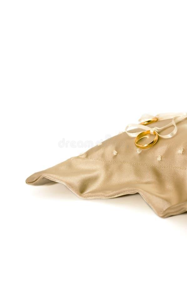 Vendas de boda en una almohadilla del anillo del satén foto de archivo