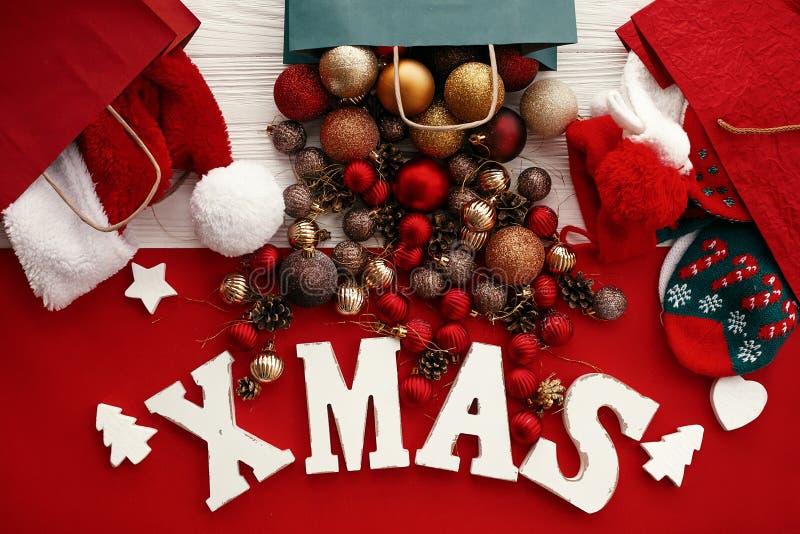 Vendas e compra do Natal Palavra do Xmas com vermelho e quinquilharia do ouro fotos de stock royalty free