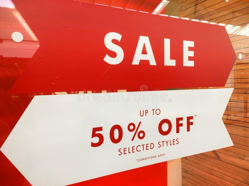 Vende al dettaglio il segno di vendita di pubblicità dell'insegna fotografia stock libera da diritti