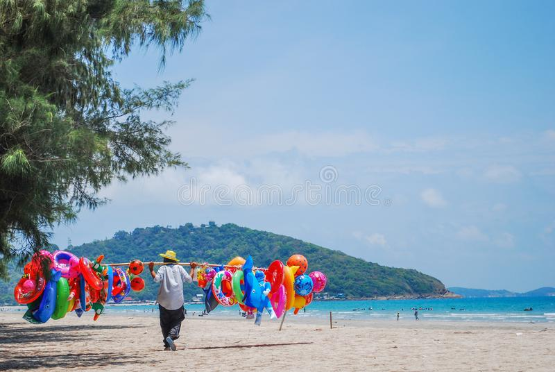 Vende los juguetes inflables en la playa Viaje en la playa imagen de archivo