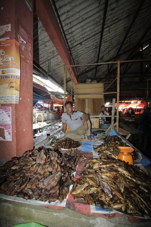 Vendedor ahumado de los pescados imágenes de archivo libres de regalías