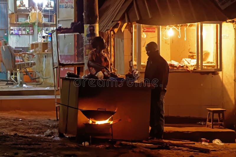 Vendedor ambulante africano na noite fotos de stock