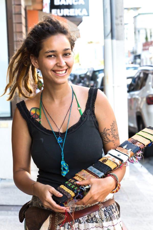Vendedor ambulante brasileño joven de la mujer, Itajai imagen de archivo
