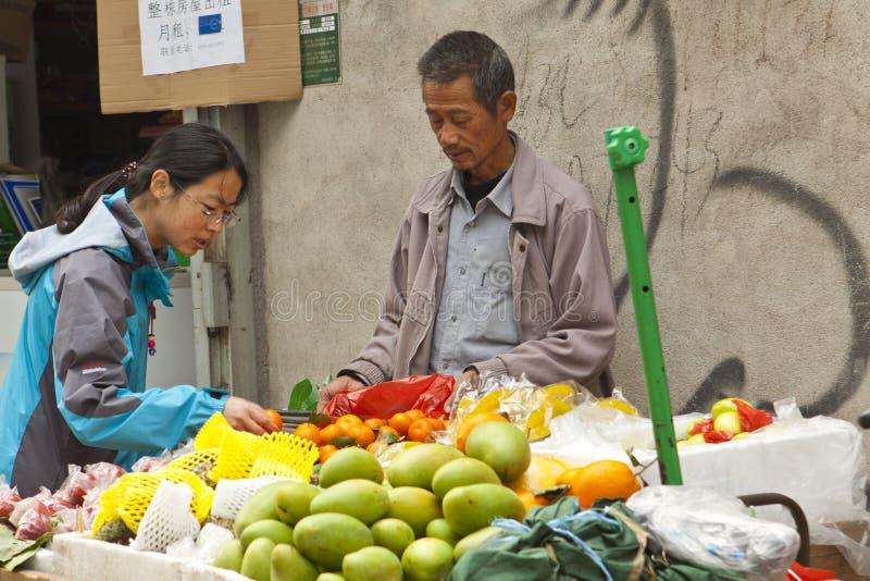 Vendedor ambulante chino que vende las frutas imagenes de archivo