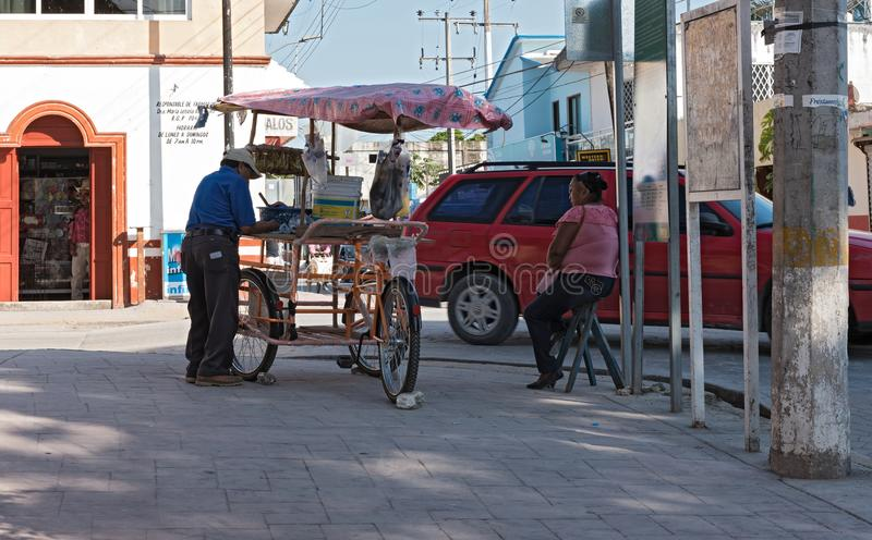 Vendedor ambulante con el triciclo en bacalar, Quintana Roo, México fotos de archivo