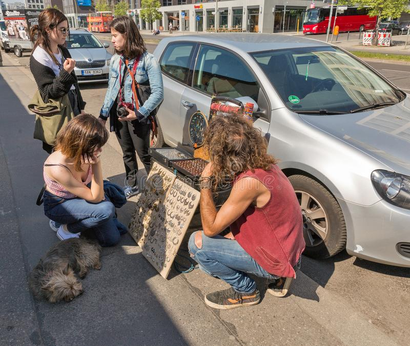 Vendedor ambulante de Bijouterie em Berlim, Alemanha imagem de stock royalty free
