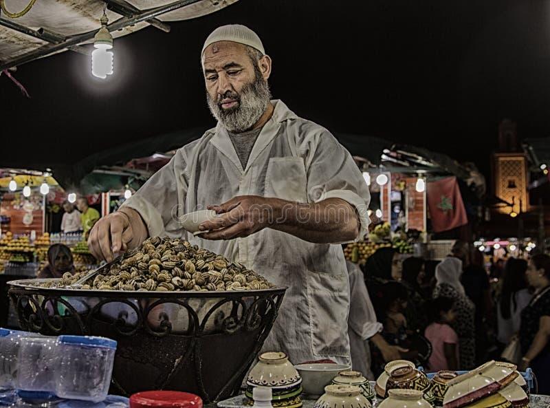 Vendedor ambulante de caracoles hervidos en Marrakesh en el cuadrado del EL Fna de Djemaa imagen de archivo