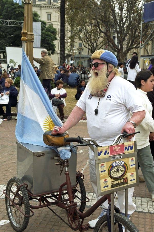 Vendedor ambulante de grito, bandera de Argentina, barba larga imagen de archivo libre de regalías