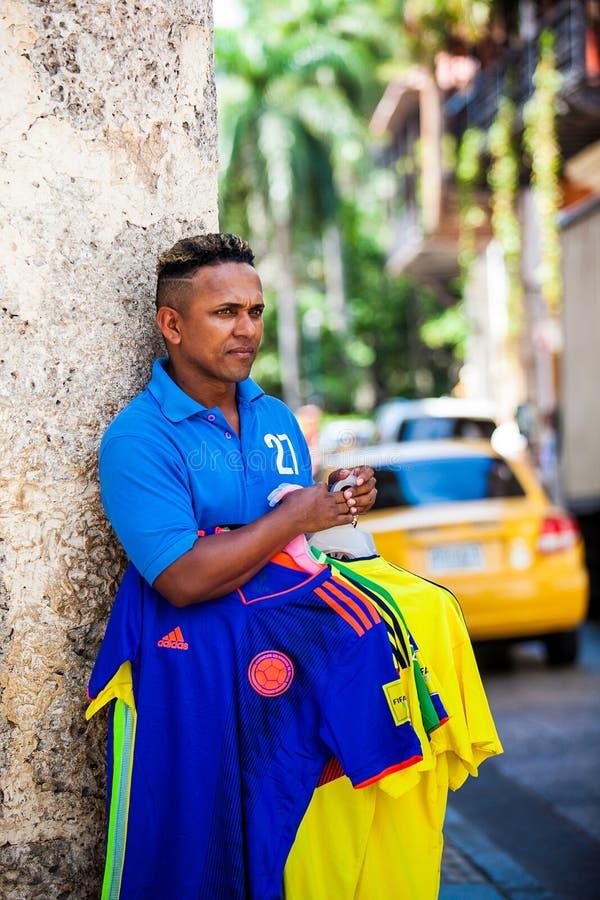Vendedor ambulante de las camisas del equipo de fútbol de Colombia en la ciudad emparedada en Cartagena de Indias imagen de archivo