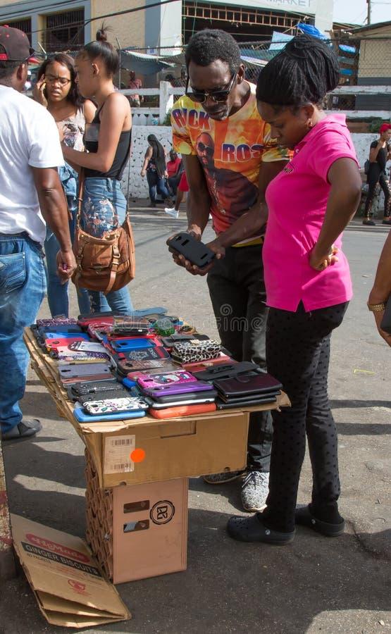 Vendedor ambulante de rua em Jamaica que tenta vender o seu mercadoria foto de stock royalty free