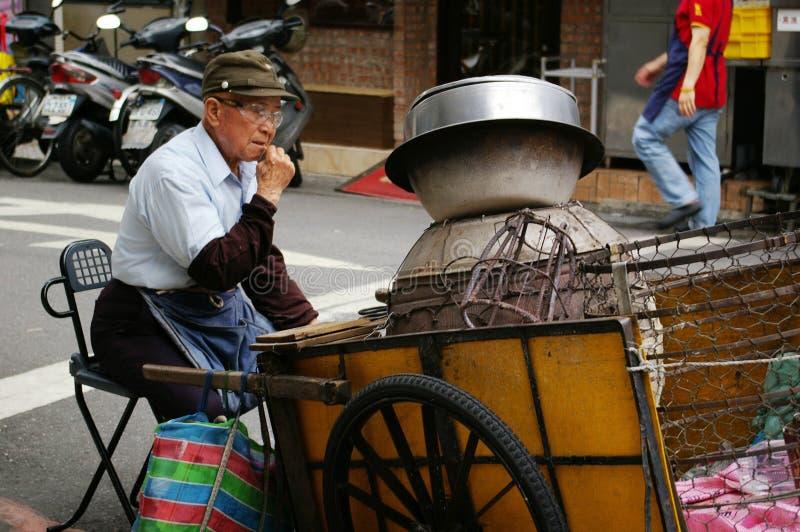 Vendedor ambulante de Taiwán a lo largo de la calle imagenes de archivo