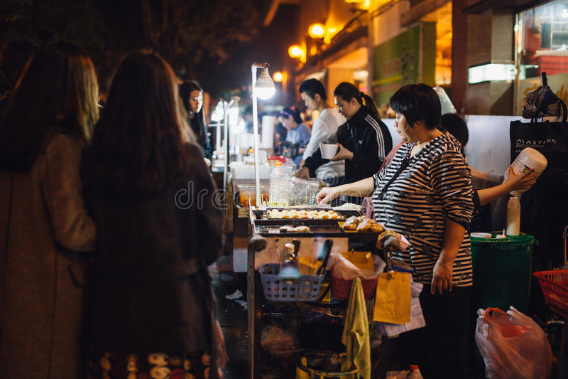 Vendedor ambulante durante día de fiesta del CNY imagen de archivo libre de regalías