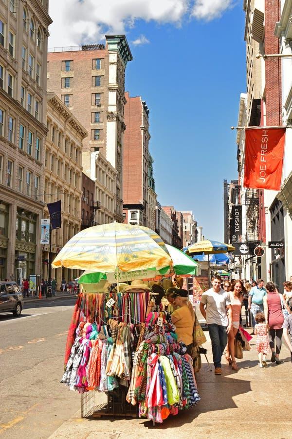 Vendedor ambulante em New York ao longo da rua de Broadway fotografia de stock