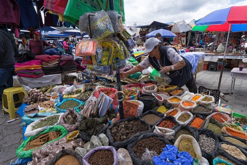 Vendedor ambulante em Otavalo, Equador imagem de stock