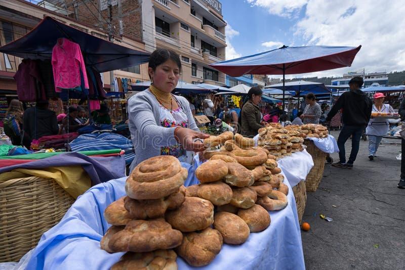 Vendedor ambulante em Otavalo, Equador fotografia de stock royalty free