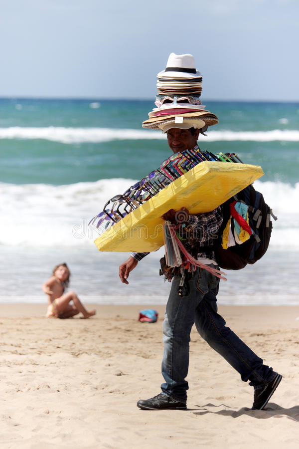 Vendedor ambulante en la playa fotografía de archivo libre de regalías