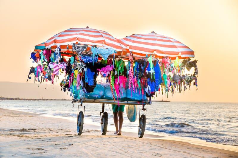 Vendedor ambulante en la playa en Italia foto de archivo libre de regalías