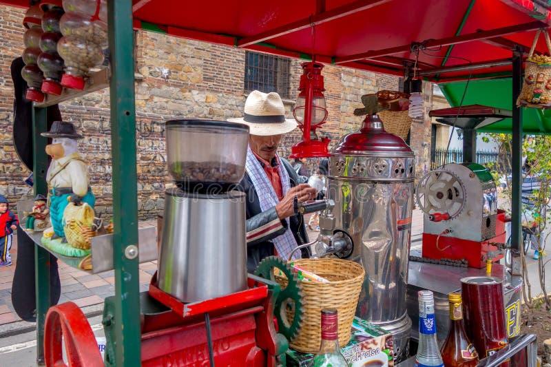 Vendedor ambulante não identificado que vende o café fresco em foto de stock