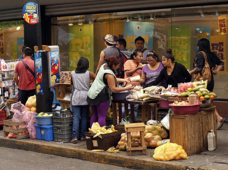 Vendedor ambulante que vende la fruta y verdura en Merida Mexico imagen de archivo