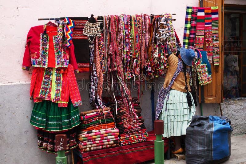 Vendedor ambulante que vende la ropa colorida en La Paz, Bolivia fotos de archivo