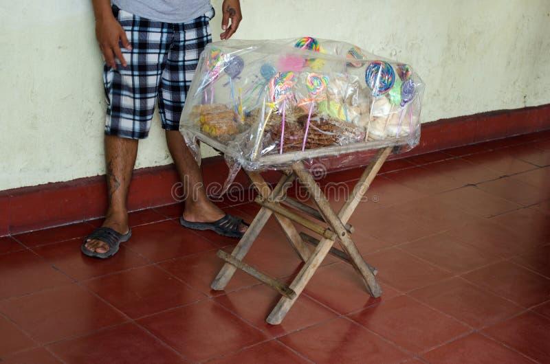 Vendedor ambulante que vende los caramelos imagenes de archivo