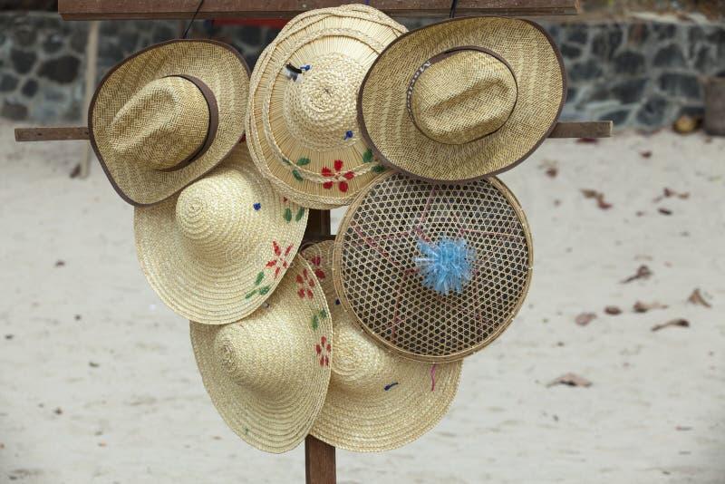 Vendedor ambulante que vende los sombreros de paja fotografía de archivo libre de regalías