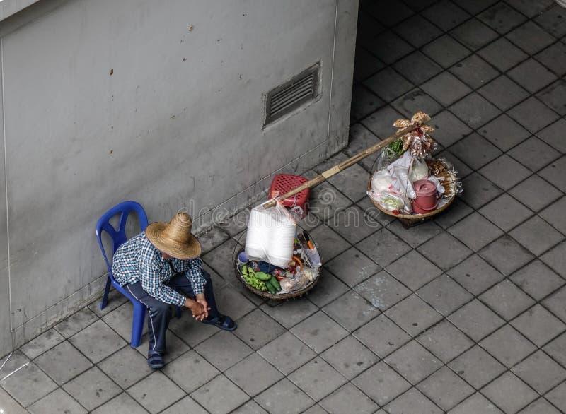 Vendedor ambulante que vende o alimento na baixa imagens de stock