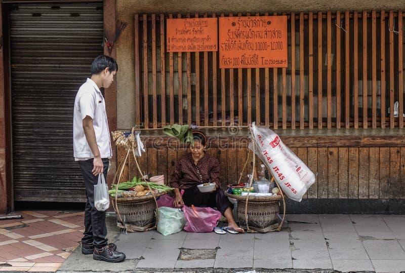 Vendedor ambulante que vende o alimento na baixa fotografia de stock royalty free
