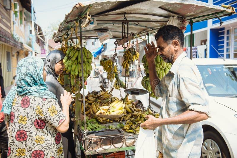 Vendedor ambulante que vende plátanos en las calles en Kochi imagen de archivo