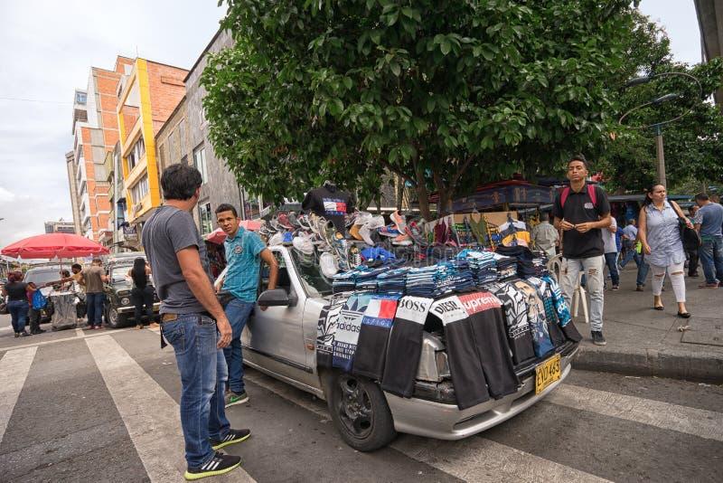 Vendedor ambulante que vende a roupa em Medellin Colômbia imagens de stock royalty free
