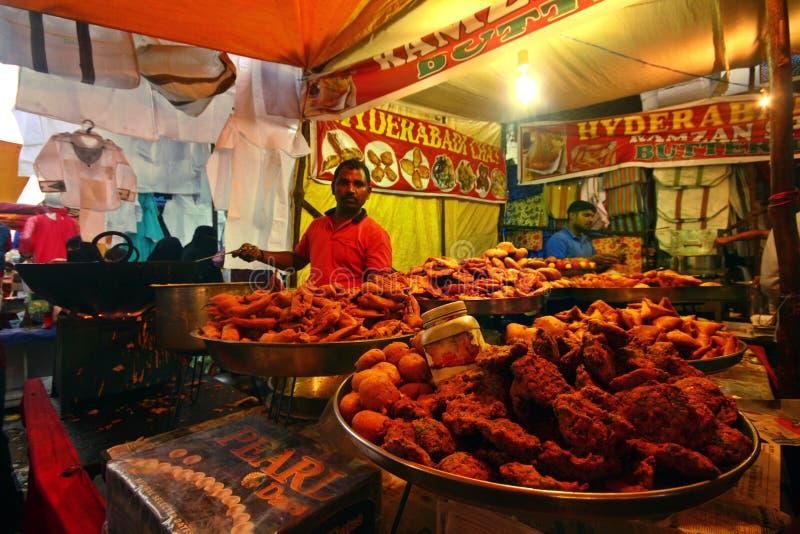Vendedor ambulante que vende vendendo o alimento de Ramzaan imagens de stock