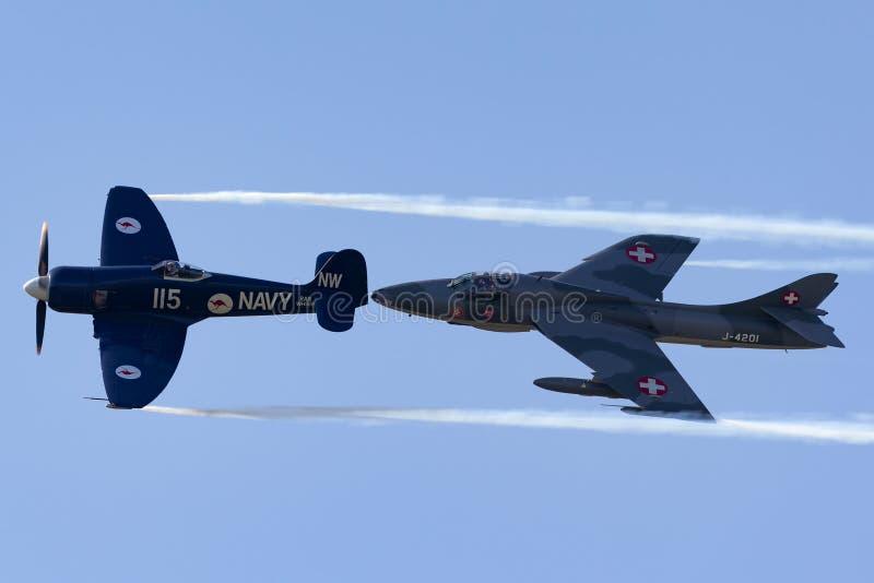 Vendedor ambulante Sea Fury FB Voo de 11 F-AZXJ na formação com vendedor ambulante Hunter HB-RVR imagens de stock
