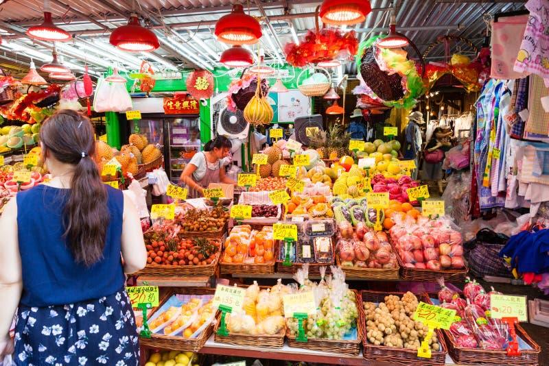 Vendedor ambulante Selling Fruits en Mongkok, Hong Kong foto de archivo libre de regalías