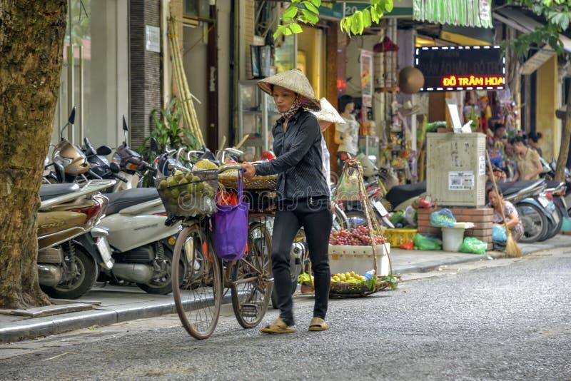 Vendedor ambulante vietnamiano em Hanoi, Vietname imagem de stock